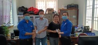 Huyện đoàn Châu Phú tặng nước rửa tay khô cho cán bộ, công chức, viên chức trên địa bàn huyện.