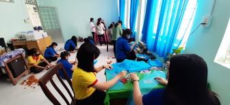 Thêm 2.000 khẩu trang vải được may tặng người nghèo TT. Núi Sập
