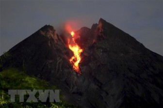 Núi lửa mạnh nhất Indonesia 'thức giấc,' phun trào cột tro bụi cao 5km