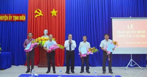 Trao quyết định cán bộ thuộc diện Ban Thường vụ Huyện ủy Tịnh Biên quản lý