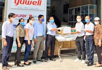 Ban Chỉ đạo Phòng, chống dịch bệnh Covid-19 TP. Châu Đốc tiếp nhận găng tay, đồ bảo hộ do nhà hảo tâm tặng