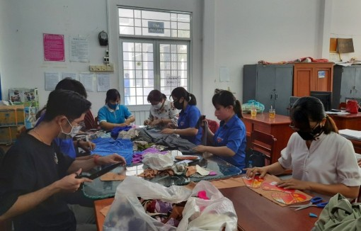 Huyện đoàn Phú Tân hỗ trợ dụng cụ cho các điểm cách ly phòng, chống dịch bệnh Covid-19