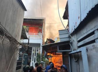 Hỏa hoạn làm cháy hoàn toàn 4 căn nhà ở phường Mỹ Bình