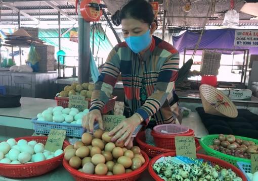 """Phú Tân: Không có chuyện """"cháy hàng"""" trứng gà"""
