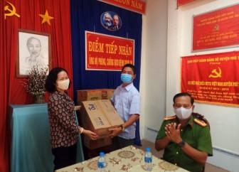 Công an Phú Tân tặng 6 thùng nước rửa tay và kinh phí phòng, chống dịch Covid-19