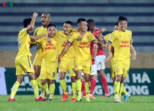 HLV Văn Sỹ và học trò giảm lương khi V-League 2020 hoãn vô thời hạn
