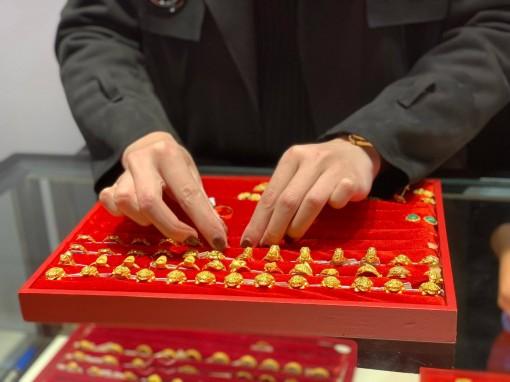 Giá vàng hôm nay 4-4: Giữ tiền mặt thời biến động, vàng mất giá