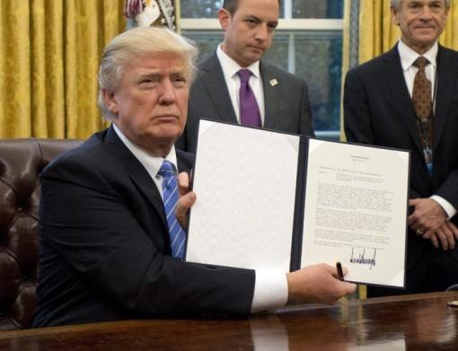 Tổng thống Donald Trump ra lệnh cấm xuất khẩu thiết bị y tế