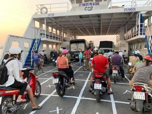 Công ty TNHH MTV Phà An Giang vẽ bàn cờ carô trên phà, để hành khách đứng đúng khoảng cách