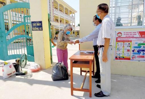 Trao giấy chứng nhận 13 người hoàn thành cách ly tập trung ở Phú Tân
