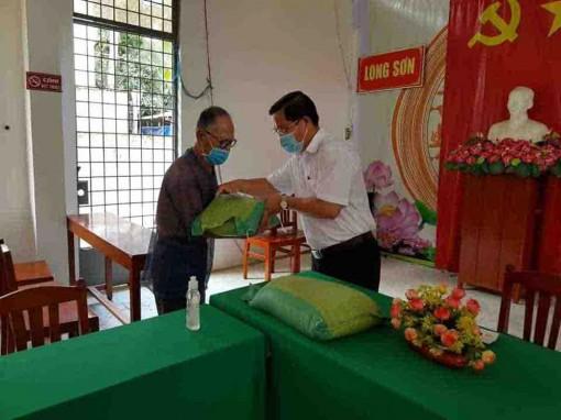 Tân Châu hỗ trợ 1.269 phần quà cho người bán vé số
