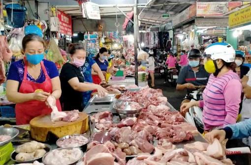 Giá thịt heo tại các chợ truyền thống giảm không đáng kể