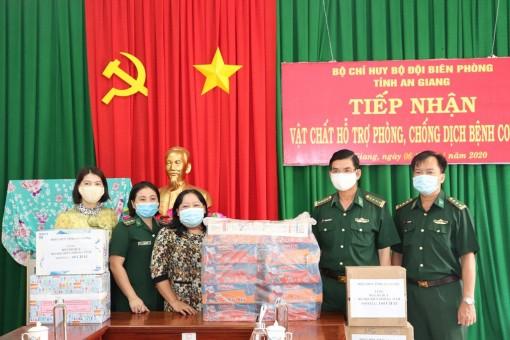 Hội Liên hiệp Phụ nữ An Giang tặng vật tư y tế, nhu yếu phẩm cho lực lượng phòng, chống dịch Covid-19