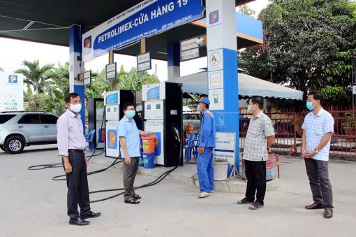 Chợ Mới kiểm tra tình hình mua bán hàng hóa và đảm bảo việc cung ứng xăng, dầu