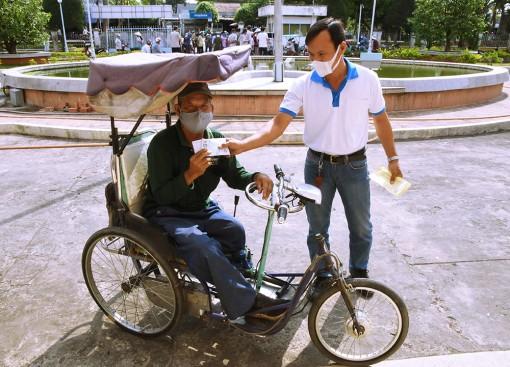 136 người bán vé số dạo trên địa bàn huyện Châu Phú được nhận hỗ trợ