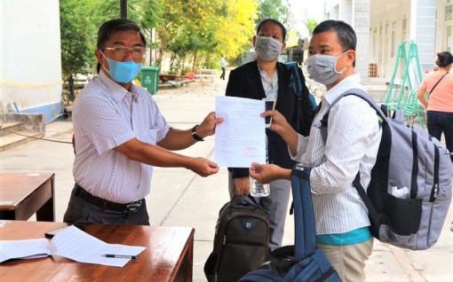 Châu Đốc: Tiếp tục trao chứng nhận hoàn thành cách ly tập trung cho các công dân