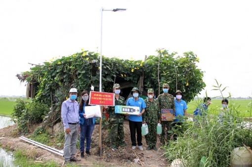 Tỉnh đoàn An Giang: Tặng đèn năng lượng mặt trời các chốt kiểm soát dịch bệnh Covid-19 trên tuyến biên giới