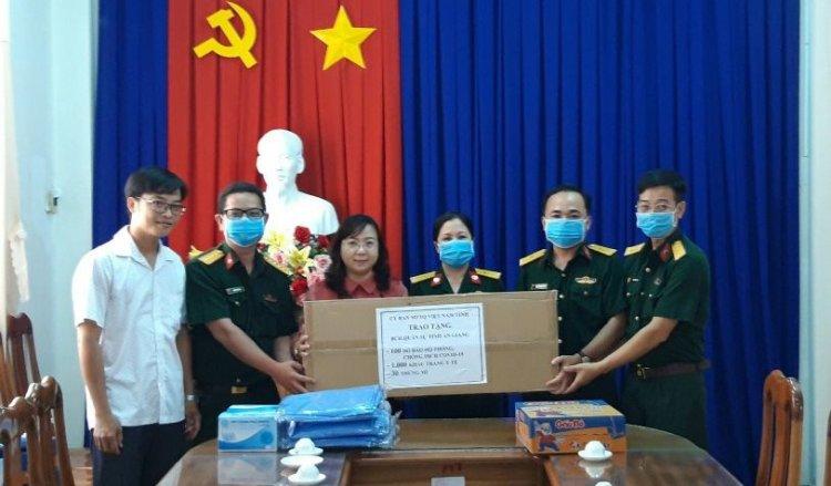 Trao tặng đồ bảo hộ phòng, chống dịch Covid-19 cho Bộ Chỉ huy Quân sự tỉnh An Giang