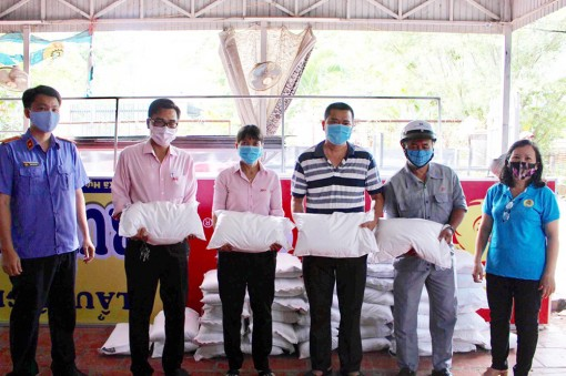 Hỗ trợ gạo cho 100 người lao động tại TP. Long Xuyên