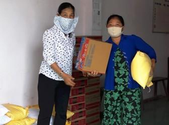 1.613 người hoàn cảnh khó khăn và người bán vé số dạo ở Châu Phú được hỗ trợ