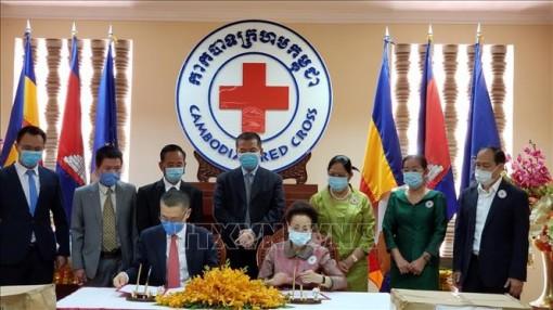 Hội Chữ thập đỏ Việt Nam tặng quà phòng, chống dịch COVID-19 cho Hội chữ thập đỏ Campuchia