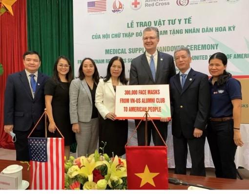 Đại sứ Mỹ tiếp nhận 420.000 khẩu trang y tế do Việt Nam trao tặng