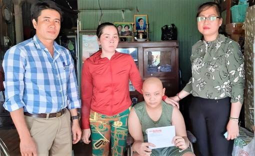Trao 5,1 triệu đồng bạn đọc Báo An Giang hỗ trợ bệnh nhi ung thư Huỳnh Quốc Bảo