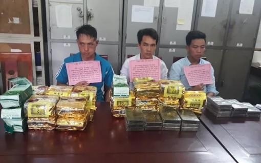 Bắt giữ ba đối tượng vận chuyển 24 kg ma túy đá và 20 bánh heroin