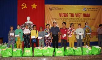 Tặng quà cho các hộ nghèo ở Thoại Sơn gặp khó khăn do ảnh hưởng dịch bệnh Covid-19