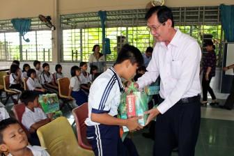 Phó Chủ tịch UBND tỉnh An Giang Lê Văn Phước thăm và tặng quà trẻ em tại Cơ sở Giáo dục tình thương Khai Trí