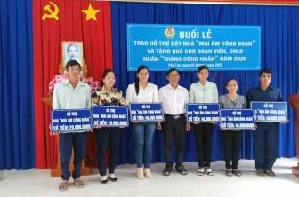 Liên đoàn Lao động huyện Phú Tân trao nhà Mái ấm Công đoàn và tặng quà đoàn viên dịp Tháng Công nhân