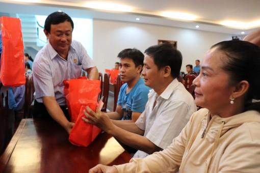 Thăm, tặng quà công nhân và người lao động