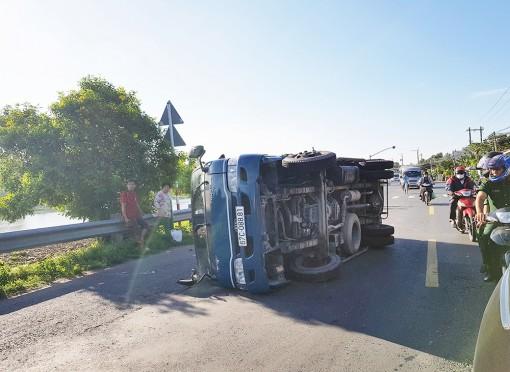 Xe tải lật nhào trên Quốc lộ 91