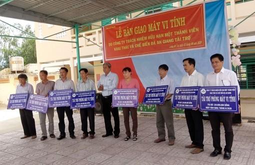 Bàn giao 125 bộ máy tính cho 8 trường học ở Tri Tôn