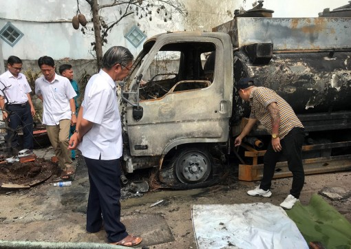 Bí thư Huyện ủy Tri Tôn kiểm tra hiện trường vụ cháy xe bồn chở dầu
