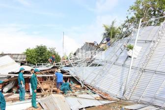 Mưa giông, lốc xoáy làm sập và tốc mái hơn 180 căn nhà ở Chợ Mới