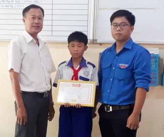 Khen thưởng học sinh trả lại cho người đánh rơi gần 68 triệu đồng