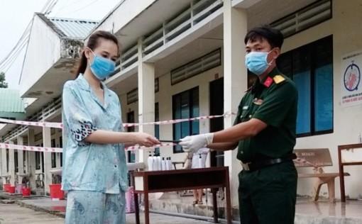 Trao trả điện thoại di động cho công dân đang cách ly tại Trường Quân sự tỉnh An Giang