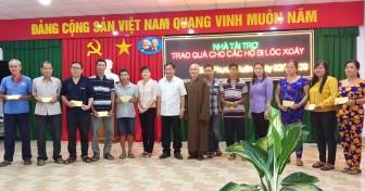 UBMTTQVN tỉnh An Giang thăm, trao tiền hỗ trợ các hộ dân nhà bị tốc mái do giông, lốc xoáy ở Chợ Mới