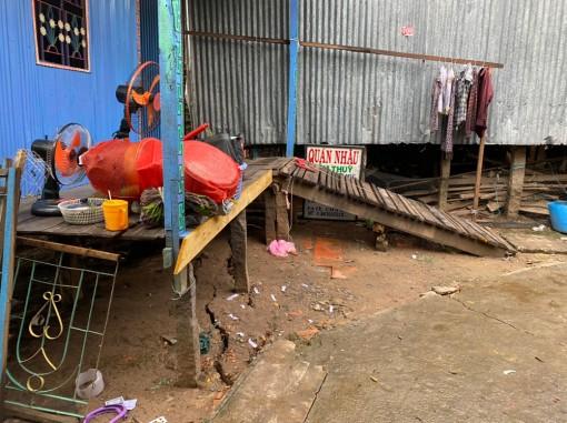Sạt lở và răn nứt tại tuyến Tây sông Hậu gần Quốc lộ 91, thuộc ấp Vĩnh Thuận, xã Vĩnh Thạnh Trung