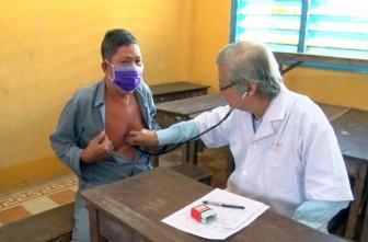 400 người nghèo huyện Phú Tân được khám bệnh miễn phí