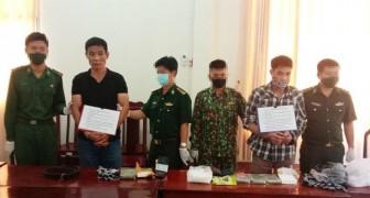 BĐBP An Giang: Bắt 2 đối tượng vận chuyển 6 bánh heroin