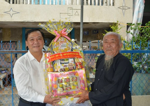 Lãnh đạo huyện Châu Thành chúc mừng Đại lễ 18-5 Phật giáo Hòa Hảo