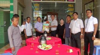 Lãnh đạo huyện Tri Tôn chúc mừng Đại lễ 18-5