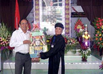 Lãnh đạo TX. Tân Châu thăm và tặng quà Ban Trị sự Phật giáo Hòa Hảo ở địa phương