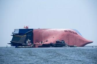 Trục vớt con tàu chứa 4.200 xe ô tô bị chìm dưới đáy biển