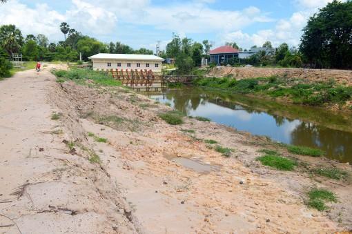 Xử lý theo quy định việc khai thác đất trái phép tại kênh Tà Mốc