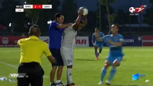 Bóp cổ cầu thủ An Giang, HLV Phố Hiến bị cấm chỉ đạo 2 trận