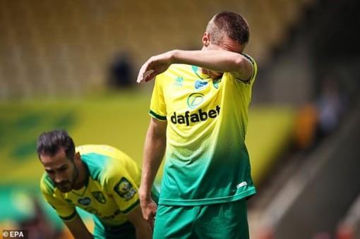 Kết quả Premier League: Norwich trở thành đội đầu tiên xuống hạng