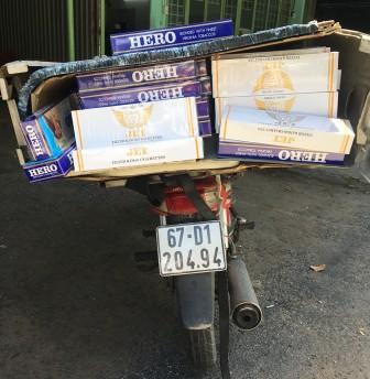 Chở thuốc lá lậu ngụy trang gặp Cảnh sát Giao thông quăng xe bỏ chạy